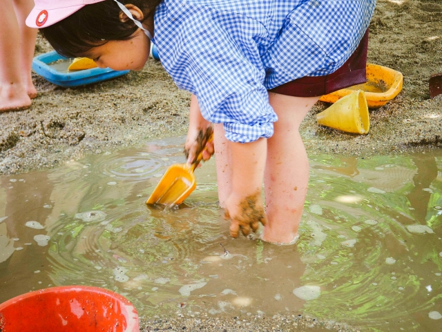 泥んこ遊びをする子供
